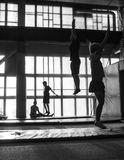 NOVOSIBIRSK, RÚSSIA - 25 DE AGOSTO DE 2016 Os jovens estão saltando em um trampolim imagens de stock