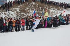 Novosibirsk, Rússia - 7 de dezembro, adultos e crianças que esperam t Imagem de Stock