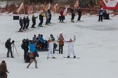 Novosibirsk, Rússia - 7 de dezembro, adultos e crianças que esperam t Fotografia de Stock