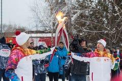 Novosibirsk, Rússia - 7 de dezembro, adultos e crianças que esperam t Imagens de Stock