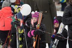 Novosibirsk, Rússia - 7 de dezembro: Crianças que esperam o relé de tocha olímpico Fotografia de Stock
