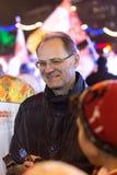 Novosibirsk, Rússia - 7 de dezembro: A entrevista dá o regulador Vasily Yurchenko com a tocha olímpica no relé de tocha olímpico Imagem de Stock