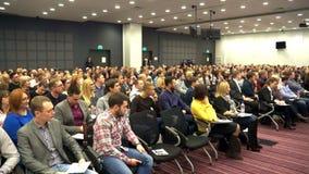 Novosibirsk Rússia - 15 de dezembro Gandapas: Muitos povos na grande audiência na conferência video estoque