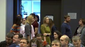 Novosibirsk Rússia - 15 de dezembro Gandapas: Muitos povos na grande audiência na conferência filme