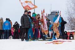 Novosibirsk, Rússia - 7 de dezembro, o jovem ostenta os povos que esperam o relé de tocha olímpico. Imagens de Stock