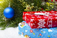 NOVOSIBIRSK, RÚSSIA - 15 DE DEZEMBRO DE 2017: Presentes em uma caixa vermelha e azul ramos decorativos com brinquedos Imagens de Stock