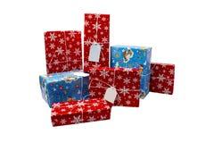 NOVOSIBIRSK, RÚSSIA - 15 DE DEZEMBRO DE 2017: Um grupo de caixas de presente em um fundo branco Tema do Natal Imagens de Stock