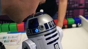 NOVOSIBIRSK, RÚSSIA - 21 DE FEVEREIRO DE 2018: Expo da robótica Conversa do indivíduo com robô 4k filme