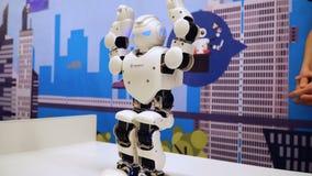 NOVOSIBIRSK, RÚSSIA - 21 DE FEVEREIRO DE 2018: Expo da robótica Movimento pequeno 4k do robô filme