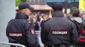 Novosibirsk, Rússia - 12 de junho de 2017: Agentes da polícia que estão o protetor em uma reunião video estoque