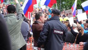 Novosibirsk, Rússia - 12 de junho de 2017: O polícia mantém a ordem em uma reunião video estoque