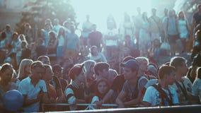 NOVOSIBIRSK, RÚSSIA - 26 DE JUNHO DE 2016: Os espectadores olham a celebração do dia da cidade filme
