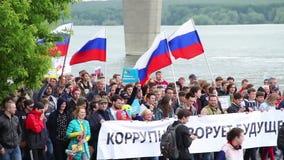 Novosibirsk, Rússia - 12 de junho de 2017: Protestando os povos que andam na reunião video estoque