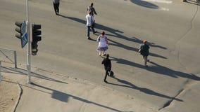 Novosibirsk, Rússia - 5 de junho de 2017: Uma rua do cruzamento do grupo de pessoas filme