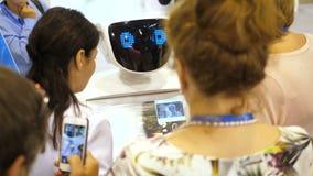 Novosibirsk Rússia - 29 de junho de 2017: O robô comunica-se com os povos em exposições Robô com exposição interativa video estoque