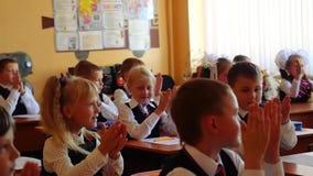 Novosibirsk, Rússia - setembro, 1, 2015 Os estudantes de primeiro grau e o professor estão na sala de aula da escola na primeira  filme