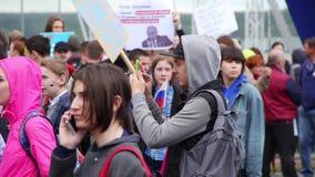 Novosibirsk Rosja, Czerwiec, - 12, 2017: Protesty, mężczyzna biorą obrazki na telefonie zbiory