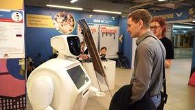 NOVOSIBIRSK ROSJA, LUTY, - 21, 2018: EXPO Szczęśliwy mężczyzna komunikuje z robotem zdjęcie wideo