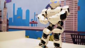 NOVOSIBIRSK ROSJA, LUTY, - 21, 2018: Humanoid robota taniec 4k zbiory wideo