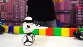 NOVOSIBIRSK ROSJA, LUTY, - 21, 2018: Mały robota występu uhd zdjęcie wideo