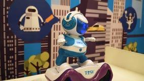 NOVOSIBIRSK ROSJA, LUTY, - 21, 2018: Robotyki expo Mały robota ruch 4k zdjęcie wideo