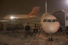 Novosibirsk Rosja, Luty, - 04, 2017: Samolot Ural linie lotnicze przygotowywa dla lota w Tolmachevo lotnisku Fotografia Stock