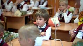 Novosibirsk, Rosja - 1 Wrzesień, 2018 Stopnia nauczyciel i ucznie są w szkolnej sala lekcyjnej lekci najpierw dzień zdjęcie wideo