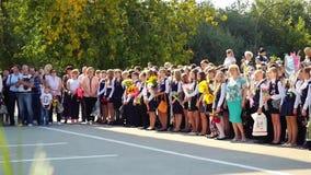 Novosibirsk, Rosja Wrzesień 1, 2015 Szkolna linia jest w boisku szkolnym z uczniami i nauczycielami Dzieci iść z powrotem zbiory
