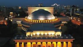 NOVOSIBIRSK RUSIA - 10 06 2017: ópera y ballet Novosibirsk del teatro de la visión aérea Teatro de la ópera y de ballet de Novosi almacen de video
