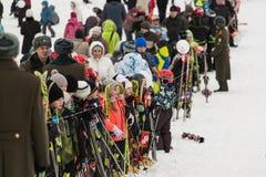Novosibirsk, Rusia - 7 de diciembre, adultos y niños que aguardan la retransmisión de antorcha olímpica Fotos de archivo