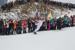 Novosibirsk, Rusia - 7 de diciembre, adultos y niños que aguardan t Imagen de archivo