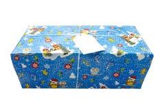 NOVOSIBIRSK, RUSIA - 15 DE DICIEMBRE DE 2017: Caja de regalo azul con la tarjeta en blanco para el texto en el fondo blanco Foto de archivo libre de regalías