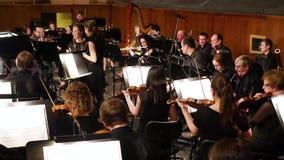 NOVOSIBIRSK, RUSIA - 27 de diciembre de 2016: la orquesta en el hoyo de orquesta antes del funcionamiento almacen de metraje de vídeo