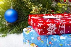 NOVOSIBIRSK, RUSIA - 15 DE DICIEMBRE DE 2017: Regalos en una caja roja y azul ramas decorativas con los juguetes Imagenes de archivo