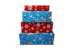 NOVOSIBIRSK, RUSIA - 15 DE DICIEMBRE DE 2017: Un sistema de cajas de regalo en un fondo blanco Tema de la Navidad Foto de archivo libre de regalías