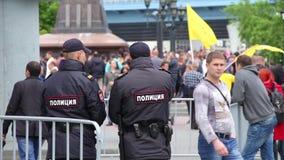 Novosibirsk, Rusia - 12 de junio de 2017: Dos policías guardan la orden en una reunión, protestas anticorrupción almacen de metraje de vídeo