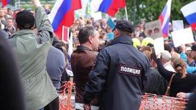 Novosibirsk, Rusia - 12 de junio de 2017: El policía guarda orden en una reunión almacen de video