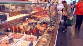 NOVOSIBIRSK, RUSIA - 27 de junio de 2016: la gente compra los productos en la tienda almacen de video