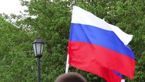 Novosibirsk, Rusia - 12 de junio de 2017: Las banderas rusas agitan en el viento, protestas anticorrupción