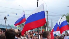 Novosibirsk, Rusia - 12 de junio de 2017: Las protestas anticorrupción, las banderas rusas agitan en el viento
