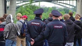 Novosibirsk, Rusia - 12 de junio de 2017: Los oficiales de policía miran y mantienen un perímetro de la seguridad en una reunión almacen de metraje de vídeo