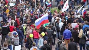 Novosibirsk, Rusia - 12 de junio de 2017: Mucha gente con los carteles y los transposers en la reunión, protestas anticorrupción almacen de metraje de vídeo