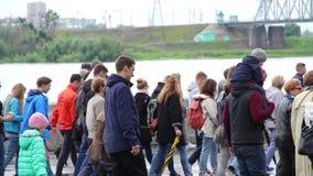 Novosibirsk, Rusia - 12 de junio de 2017: Muchedumbre de manifestantes que caminan en la calle almacen de metraje de vídeo