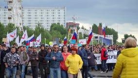 Novosibirsk, Rusia - 12 de junio de 2017: Protesta de la gente con las banderas y de los carteles que caminan a través de ciudad almacen de metraje de vídeo