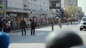 NOVOSIBIRSK, RUSIA - 9 DE MAYO DE 2019 desfile militar en la ciudad Marzo de soldados almacen de metraje de vídeo