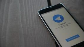 Novosibirsk, Rusia - 1 de mayo de 2018 - uso del telegrama en el smartphone El telegrama es un servicio de mensajería inmediata n almacen de video