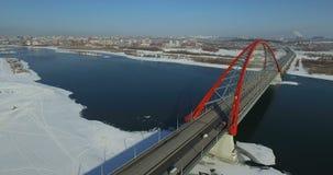NOVOSIBIRSK, RUSIA - 22 de noviembre de 2016: Tráfico en el puente de Bugrinsky almacen de metraje de vídeo