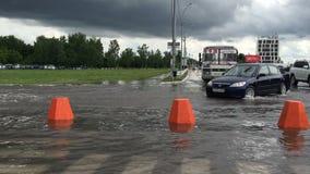 Novosibirsk, Rusia, el 3 de julio de 2016 Camino inundado después de las fuertes lluvias, coches que se mueven lentamente en agua metrajes