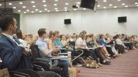 NOVOSIBIRSK RUSIA - 20 06 2017: Gente en el pasillo que aplaude la presentación en etapa almacen de metraje de vídeo
