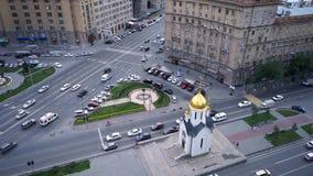 NOVOSIBIRSK, RUSIA - la capilla de San Nicolás es la capilla ortodoxa en Novosibirsk, situada en la avenida roja almacen de metraje de vídeo